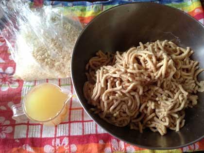 ミンサーで挽いた大豆と煮汁と塩切り麹