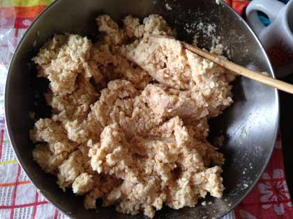 大豆に塩切り麹を混ぜ込む