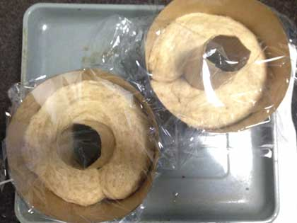 生地を紙の型へ入れて二次発酵