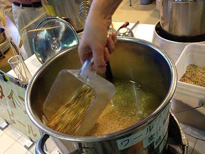 麦芽を鍋に投入