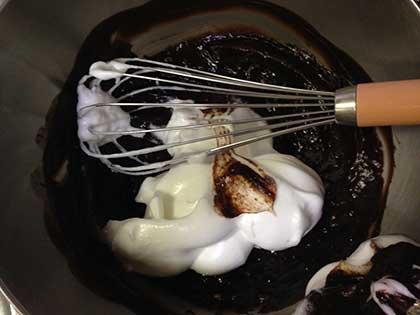 チョコに卵白の約3分の1を加えて