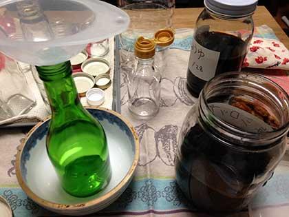 梅シロップをビンに入れる