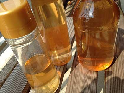 梅酢をビンに詰めて日にあてる