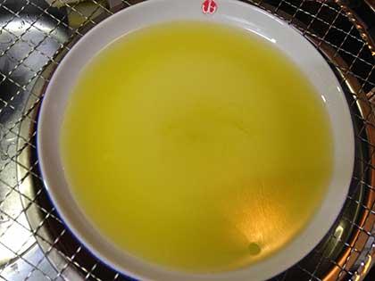 オリーブオイルを平らな皿に広げる