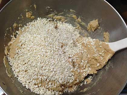 大豆ペーストに塩きり麹を混ぜる