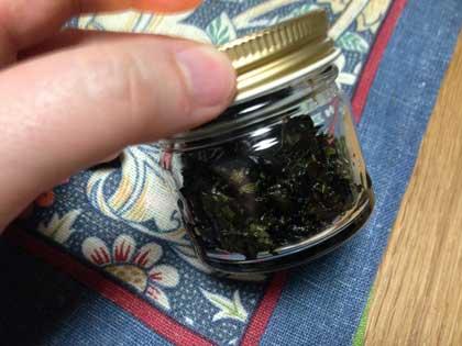 山椒の葉の佃煮を瓶に詰めた