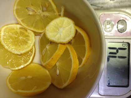 レモンを輪切り