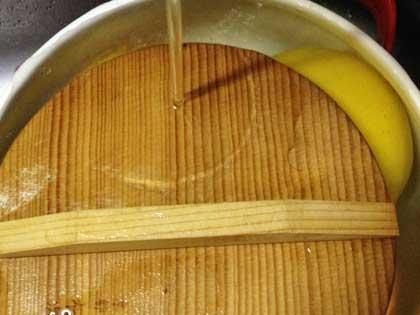 茹でレモンを水で冷やす