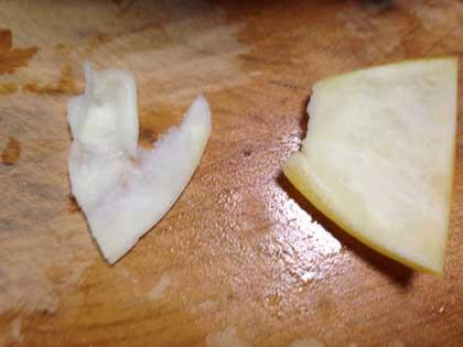 茹でレモンの皮から白いワタをはぐ